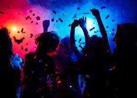 Dansande gäster på rave