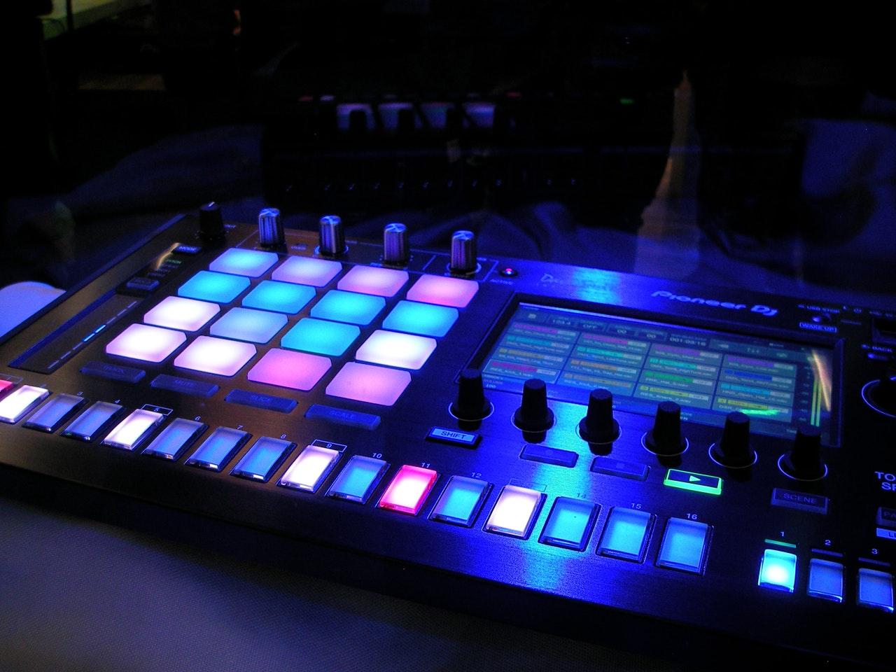 Mixerbord med färgade knappar
